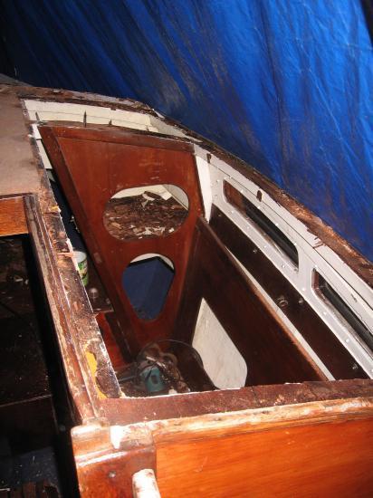 Le toit du rouf n'est pas si sain, je suis contraint de défoncer la partie tribord